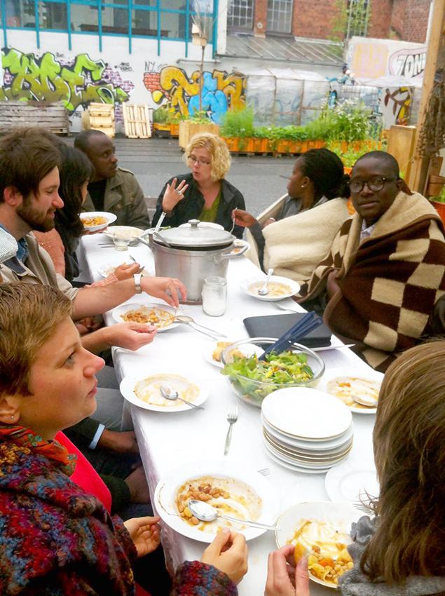 JournalistInnen aus Simbabwe, Südafrika, Kenia, Kongo und Malawi besuchen das Gartendeck (Foto: Gabriele Plangger)